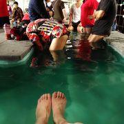 公園内に足湯!台湾では どっぷり浸かります!