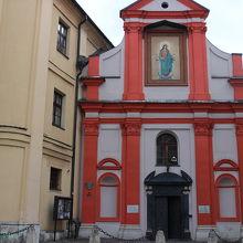 印象的な色合いの教会