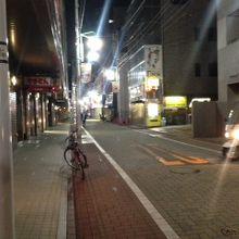 夜の商店街の様子
