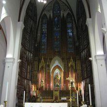 教会の中。ステンドグラスがきれい
