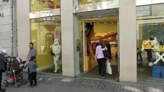 店頭に大きなロゴ人形があった