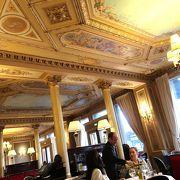 第二帝政期の豪華なインテリアの老舗カフェ