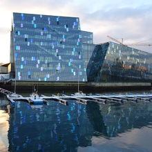 非常に個性的な光る建物です