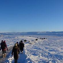 バスから降りて大雪原の中を歩きます