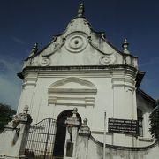 ランダ植民地時代を感じさせる古い造りの教会です