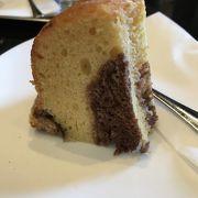 ケースを見てケーキを決めます。