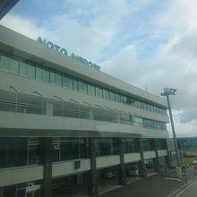 小さな空港だがボーディングブリッジも完備