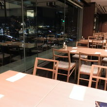 この食卓で食事をします。長崎の夜景が綺麗です。