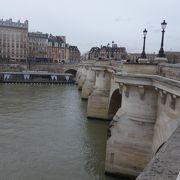 ポン・ヌフ。古い石橋です。道幅もひろい。