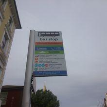 バス停、系統と行き先が明示されてわかりやすい