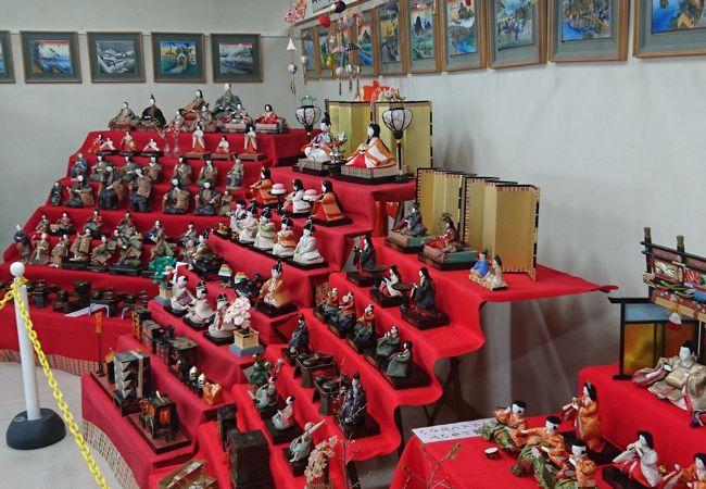昔の雛人形が展示されています
