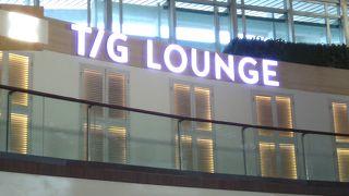デンパサール空港の2階に位置しています。