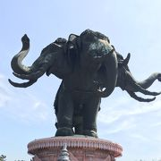 巨大な象が目印です