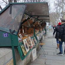 セーヌ川沿いの露店の本屋さん。個性的なお店がいっぱい。