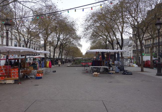 リシャール・ルノワーツ大通りに開く市場。曜日によりお店の種類がかわります。