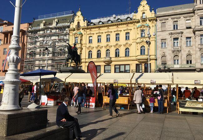 日曜日で市場が開かれていました。