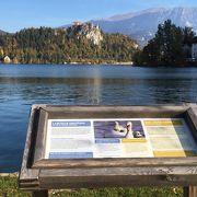 スロベニア、ブレッド湖の対岸に断崖にに聳え立つお城