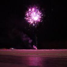 湖の上で打ち上げられる花火