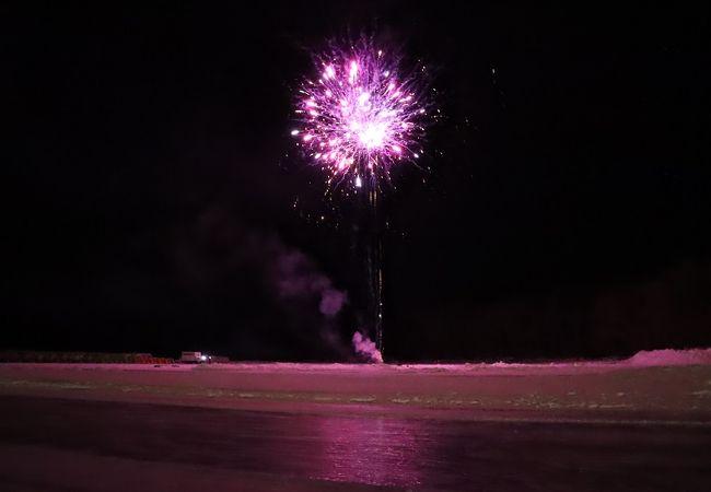湖の氷に映る花火がきれい