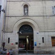 奇跡のメダルは小さなメダルです。教会の裏庭にも回ってください。建物がきれいです。