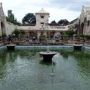 水の王宮という名称ですが、実際のところは王様の女性との「遊び場」です。