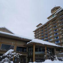 月岡温泉にそびえたつ巨大ホテル