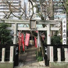 四谷怪談のお岩さんゆかりの神社です。