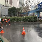 新宿でスタート直後を見るなら損保ジャパンビル~新宿大ガード辺りがお勧めです。