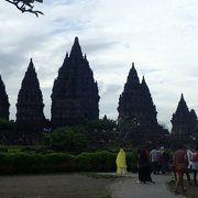 仏教のボロブドゥール遺跡とヒンドゥー教のプランバナン遺跡は<インドネシアの宗教遺跡として双璧です。