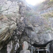 直近で岩の塊を眺めると迫力がありますね!