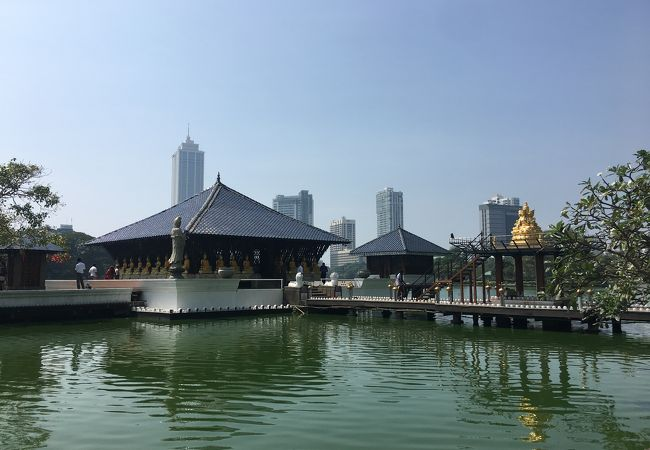 建築に興味ある人は入るべき湖上に浮かぶお寺