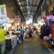 公有国民市場の場内の様子 衣服・雑貨