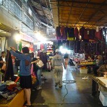 公有国民市場の場内の様子 ここは衣服