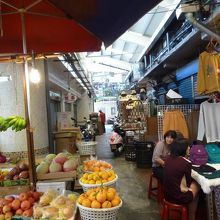 公有国民市場の場内の様子 ここは果物と衣服