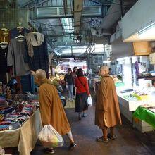 公有国民市場の場内の様子 お坊様もお買い物
