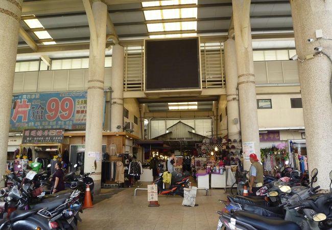 早朝市場なのでお店の半分しか営業していません。一般に市場と違う雰囲気でした。