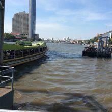 シープラヤ乗り場から見たオレンジフラッグのボート