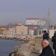 高い塔のあるクロアチアの街中