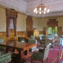 会議室の風情が一番豪奢でステキですね。