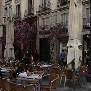 ここでお昼を食べようと思って、この広場の周りをウロウロ