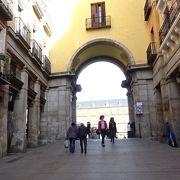 マヨール広場の南西にある門です!