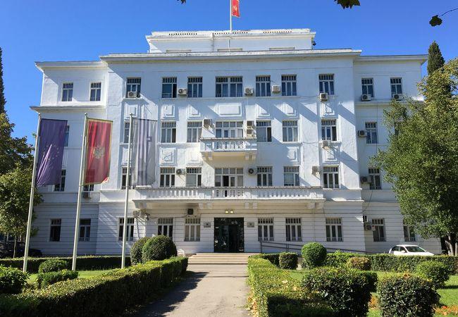 ポドゴリッツア共和国前にある市庁舎です。