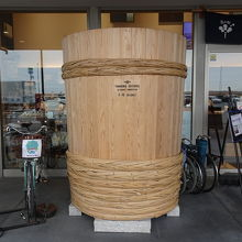 発酵市場の前にある巨大な樽