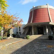 レンガ色の丸い塔がシンボルです