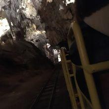 鍾乳洞を見てからまたトロッコ列車に乗って出口へ