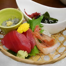 食事は最初からテーブルに用意された料理とバイキングも有り。