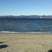 舘山寺温泉の温泉街の西側に位置するビーチ