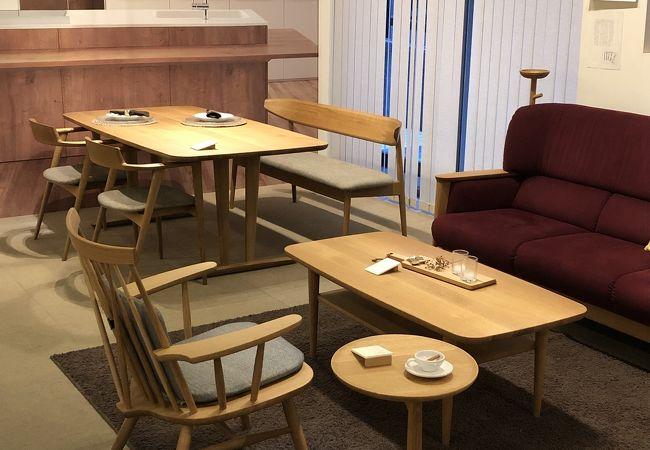 品の良い家具が並ぶ