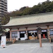 城山をバックに凛とした空間の神社