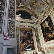両側にカラヴァッジョの絵、真ん中にハンニバルカラッチの絵